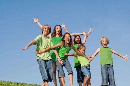 campamento de verano: feliz grupo de sonrientes, los ni�os en el campamento de verano