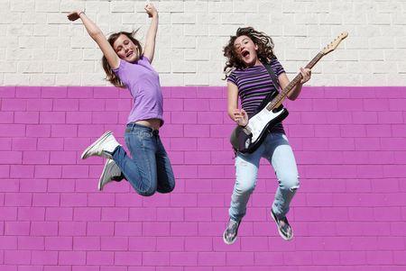 preadolescentes: adolescentes saltando a tocar la guitarra Foto de archivo
