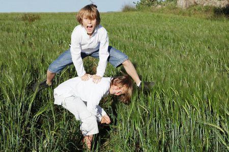 preadolescentes: felices ni�os jugando, saltarse Foto de archivo