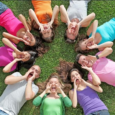 campamento de verano: Grupo de adolescentes felices en campamento de verano