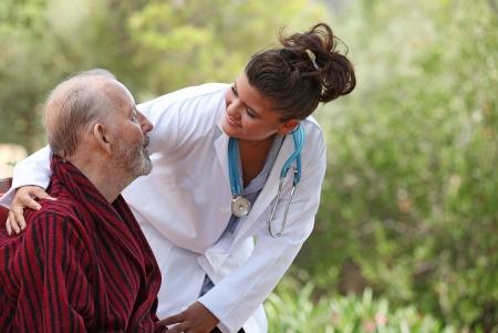 pielęgniarki: PielÄ™gniarka pokazuje opieki pacjenta Zdjęcie Seryjne
