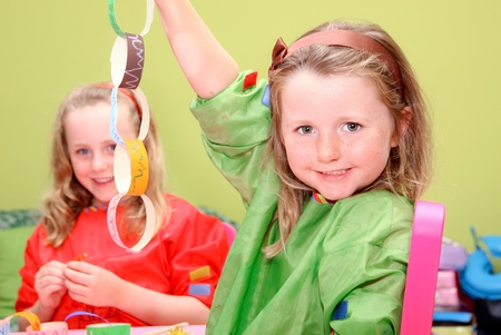niños jugando en la escuela: los niños felices o niños jugando el arte y la artesanía