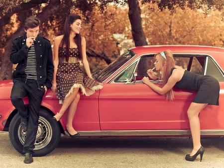 자동차와 60 년대 또는 50 년대 스타일 이미지 젊은 사람들 스톡 콘텐츠