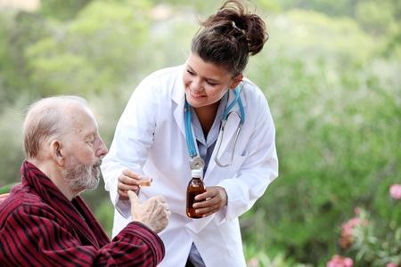senior muž s lékařem nebo zdravotní sestrou Reklamní fotografie - 11409788