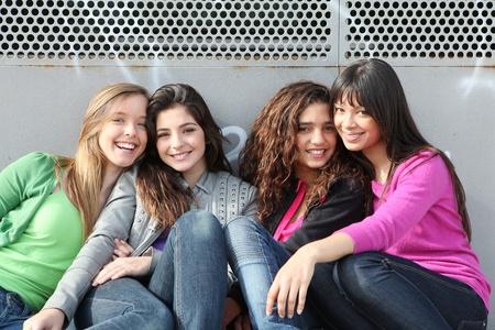 adolescentes chicas: grupo de raza mixta de las ni�as sonrientes