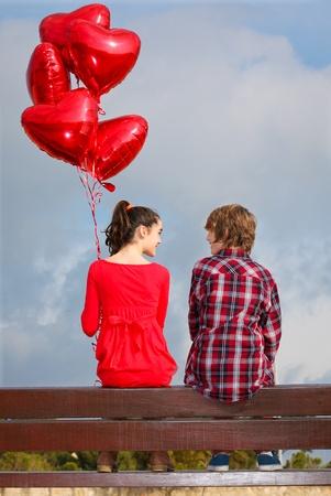 pareja adolescente: San Valent�n citas joven pareja Foto de archivo