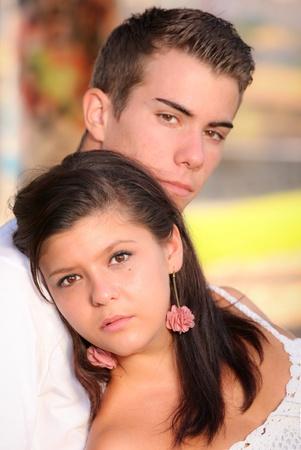 pareja de adolescentes: pareja joven con serias caras tristes infelices