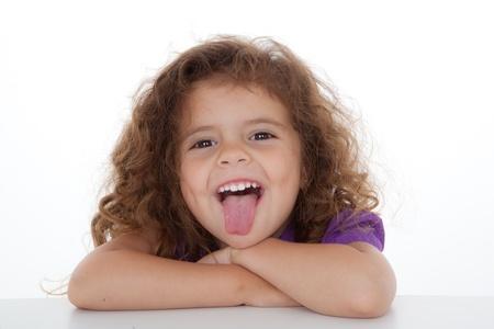 sacar la lengua: ni�o atrevido se pegue el pulgar. Foto de archivo