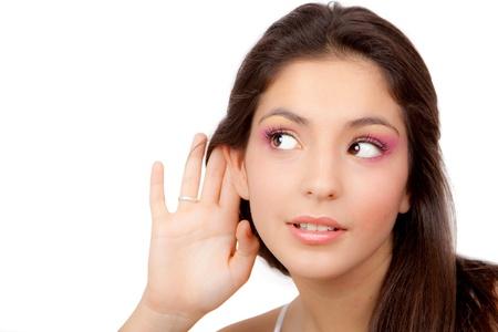 oir: mujer joven o un adolescente escuchando susurros