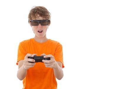 niños jugando videojuegos: niño jugando juegos de video con gafas de jugador