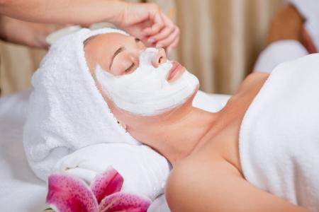 ansikts: hudvård, kosmetolog ansöker ansiktsmask grädde Stockfoto