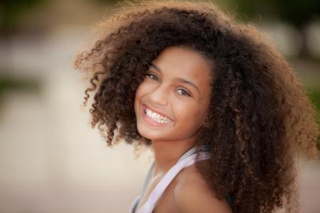 visage femme africaine: heureux enfant souriant ascendance africaine avec le style de cheveux afro Banque d'images