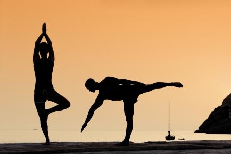 gesunde Paar tun Yoga-Übungen im Freien Lizenzfreie Bilder