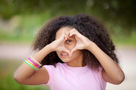 young african american kid machen Herzform mit den Händen