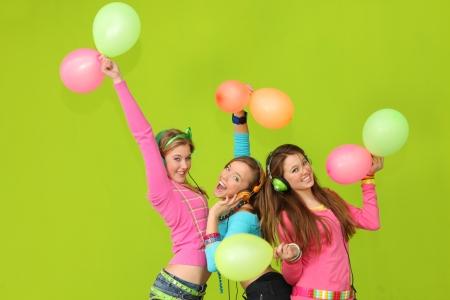 preadolescentes: felices los ni�os cantando en la fiesta Foto de archivo