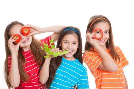 frutas divertidas: ni�os que comen healhty concepto, los ni�os con verduras