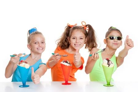 happy kids mit Daumen nach oben zu essen Eis Desserts Lizenzfreie Bilder