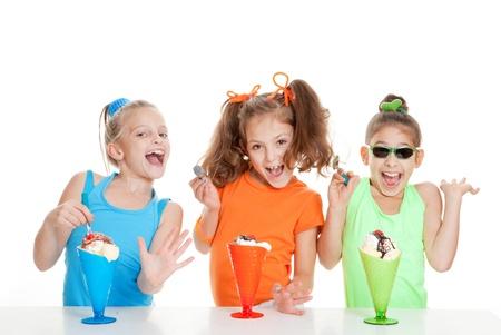 happy kids essen Eis auf Geburtstagsparty