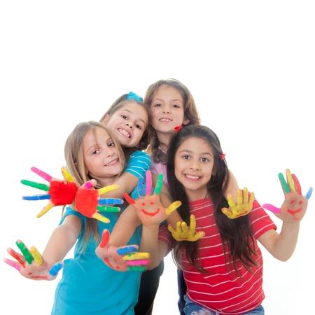 enfants qui jouent: groupe d'enfants heureux qui s'amusent avec de la peinture