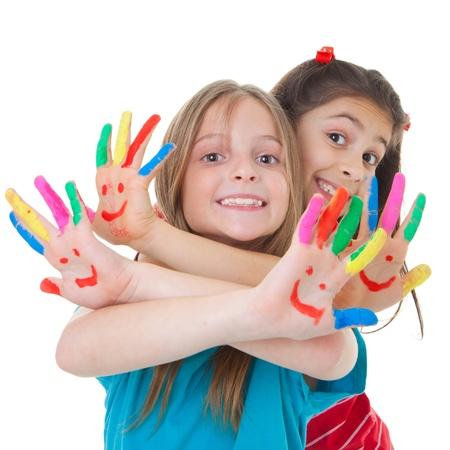glücklich lächelnde Kinder spielen mit Farbe