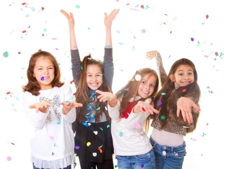 gente celebrando: ni�os celebrando fiesta para celebrar el cumplea�os o el a�o nuevo.