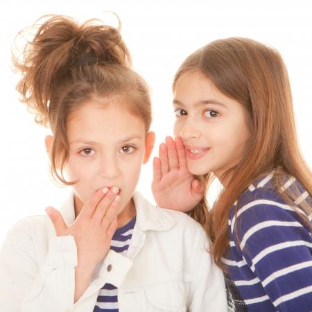 preadolescentes: ni�os susurrando secretos impactantes secretos esc�ndalo y el chisme