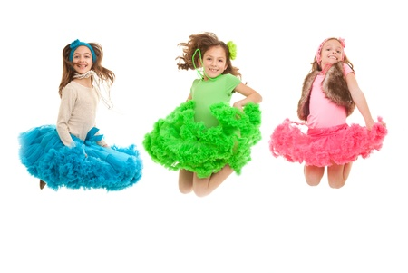 preadolescentes: sonrientes felices los ni�os saltando de moda