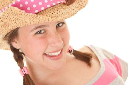 chapeau de paille: summer girl de sourire avec des taches de rousseur et chapeau de soleil