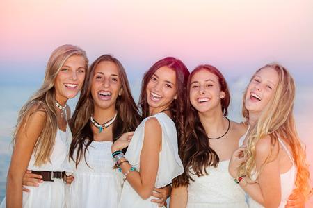 glücklich lächelnd Sommer Jugendliche im Urlaub oder Urlaub