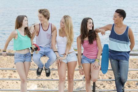 Groep van diverse tieners op het strand Stockfoto - 26127514