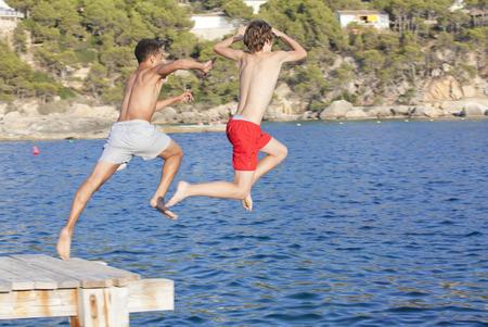 여름 캠프 아이들 바다에서 점프
