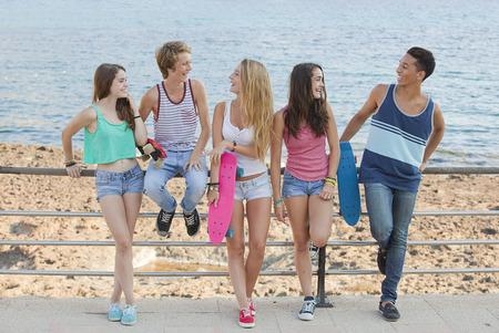 niños platicando: grupo de amigos en el chat de verano