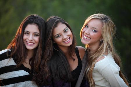 Lachende tieners met mooie witte tanden Stockfoto - 28365326