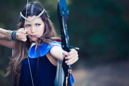 fiktive Wald Mädchen Jäger mit Pfeil und Bogen Lizenzfreie Bilder
