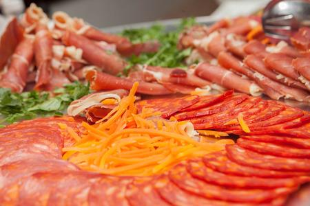 carnes: delicatessen carnes frías y ensaladas Foto de archivo