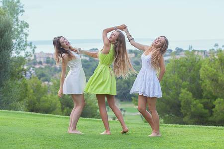 piedi nudi di bambine: ballare all'aperto ragazze felici sani in estate