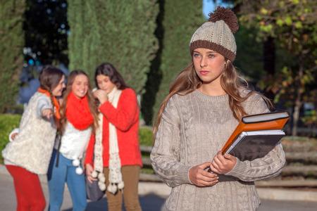 gang: pandilla de adolescentes bullying cabrito solo Foto de archivo