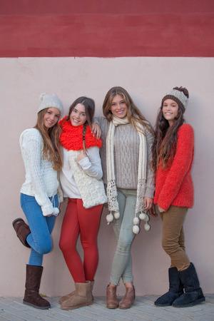 sciarpe: amici adolescenti della moda autunno Archivio Fotografico