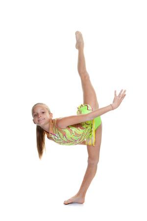 joven formación gimnasta que hace fracturas en el aire.