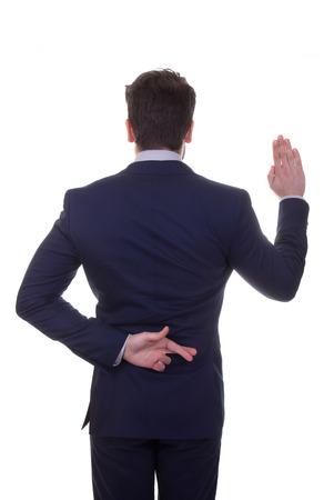deceptive: onbetrouwbaar, liegen, zakenman vingers gekruist voor geluk terwijl zeggen belofte. Stockfoto