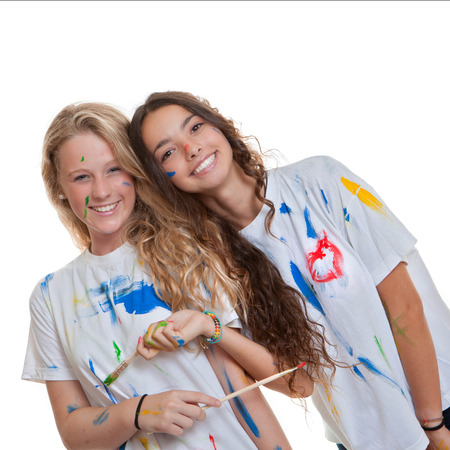 happy smiling studetns at art class with paint and brushes Foto de archivo
