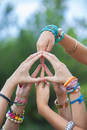 simbolo de paz: signo de la paz o s�mbolo hecho con las manos por un grupo de j�venes Foto de archivo