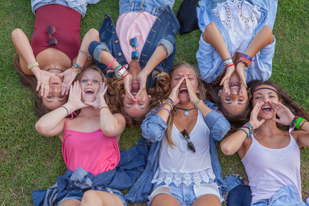 Gruppe Kinder schreien oder singen mit hohlen Händen Lizenzfreie Bilder