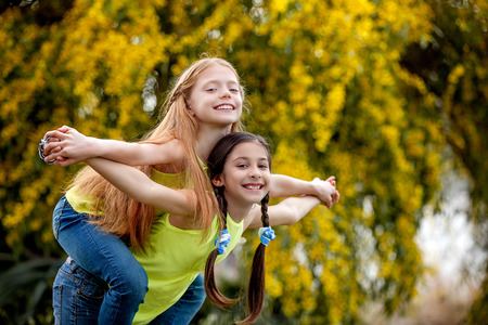 Freundschaft Kinder am Sommerlager gesund glücklich lächelt Lizenzfreie Bilder