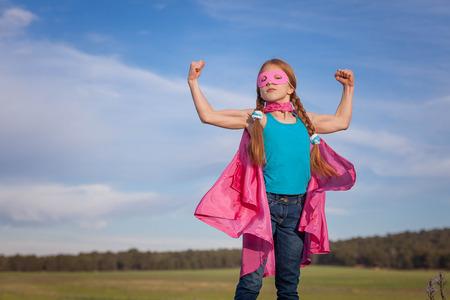 女の子パワーのスーパー ヒーローへの信頼の子供または子供