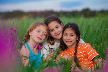 campamento: grupo de niños felices sanos sonrientes Foto de archivo