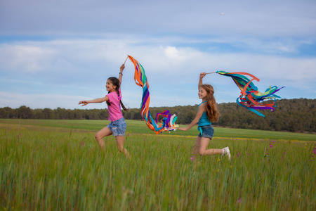 niños riendose: la libertad, los niños de verano saludables correr y jugar al aire libre