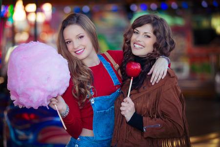 algodon de azucar: adolescentes en la feria de dulces Foto de archivo