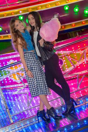 algodon de azucar: niñas felices en la feria con algodón de azúcar