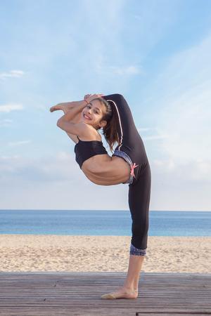 tänzerin: akrobatische flexible Tänzerin junge Mädchen Stretching Lizenzfreie Bilder
